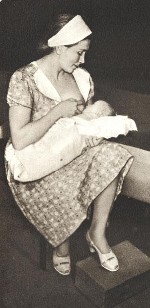 Правильная поза матари и положение ребенка при кормлении