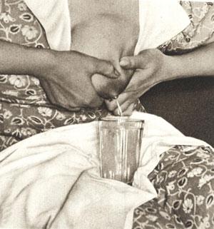 Как сцеживать из груди остаток молока